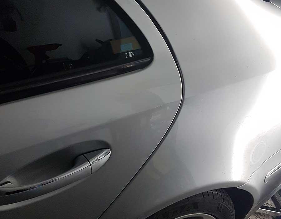 Reparierte Delle in Fahrzeugtür- Dellenreparatur in Simmern (Hunsrück)- Beulendoktor in Simmern (Hunsrück)- FEM Dellentechnik